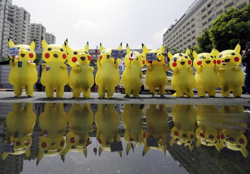 G20峰會即將於日本舉行,菲律賓環保團體350.org今日上午,帶領成員到日本駐菲律賓大使館前,扮成皮卡丘的樣子,呼籲日本政府停止投資煤炭,改為將資金投入再生能源與替代能源中。(歐新社)