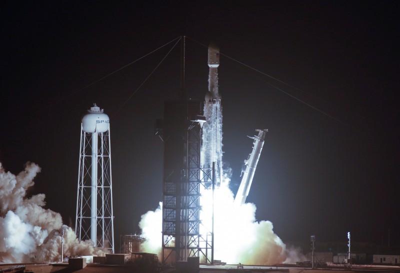 獵鷹重型火箭首度嘗試夜間發射,成功將福衛七號送上太空。(路透)