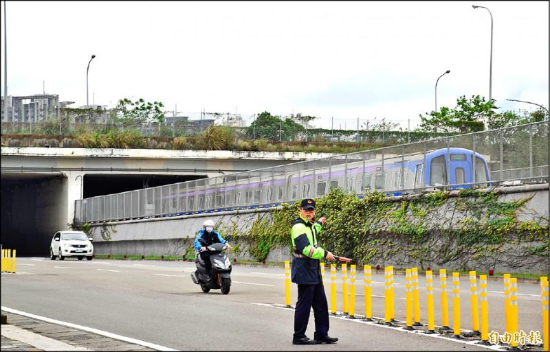 國道一號(圖上方高架)增設中豐交流道完工後,可提供機捷(圖中圍籬內部分)A21站更快速上國道的路線。(記者李容萍攝)