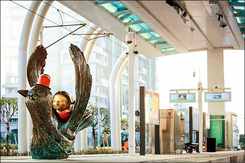 淡海輕軌沿線有幾米銅雕藝術作品,成為拍照打卡的熱門景點。 (新北捷運公司提供)