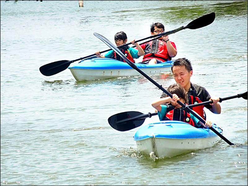 南市目前有包括七股光復生態實驗小學等七所實驗小學,圖為獨木舟特色課程。 (教育局提供)