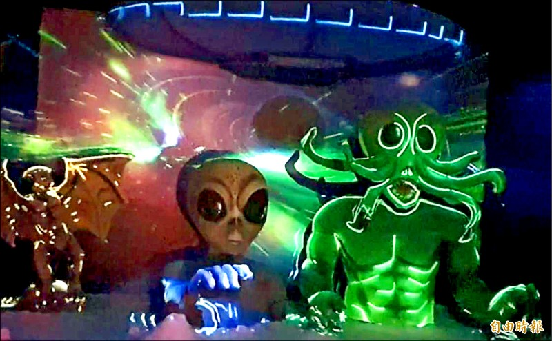 今年一見雙雕藝術季活動以外星人為題材,首度加入動態影音光雕。 (記者王涵平攝)