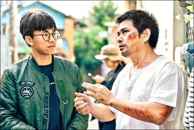 周嘉賢(左)拍攝期間與演員討論內容。(周嘉賢提供)