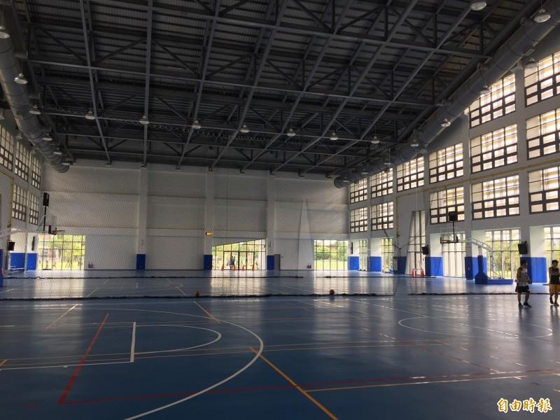 興建的北大體育館主場館因為歷經多次流標,只能刪減設備才能順利發包。(記者邱書昱攝)