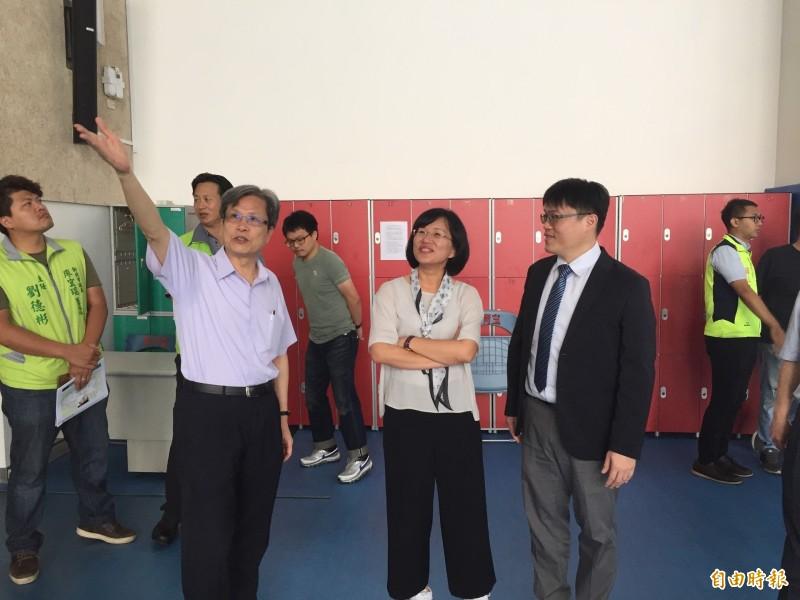 台北大學校長李承嘉(左)向蘇巧慧(中)和教育部高等教育司長朱俊彰(右)指出設備不足的項目。(記者邱書昱攝)