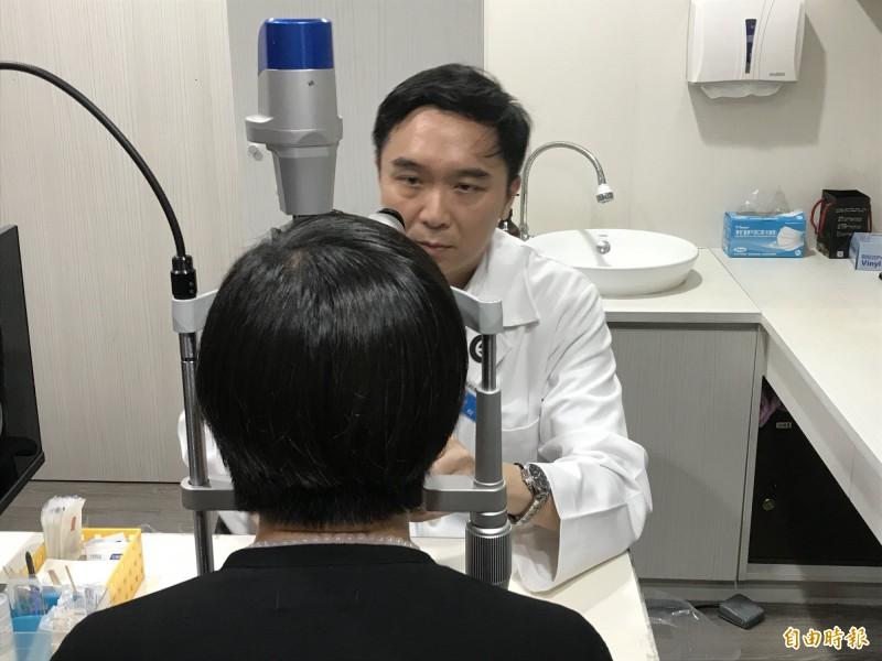 眼科醫師陳威霖表示,現在的飛秒近視手術,視力只要4、5小時就會復原,隔天就可以恢復正常上下班。(記者蔡思培攝)