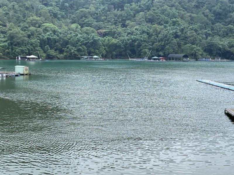 日月潭南邊湖水域,近期出現水質變紅褐色的現象,居民質疑與污水廠有關。(記者劉濱銓翻攝)