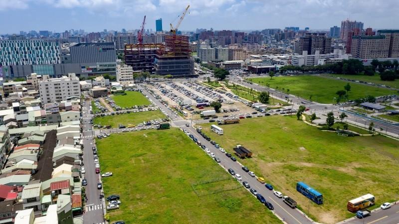 平實重劃區與南紡購物中心(圖左上)相鄰。(記者洪瑞琴翻攝)