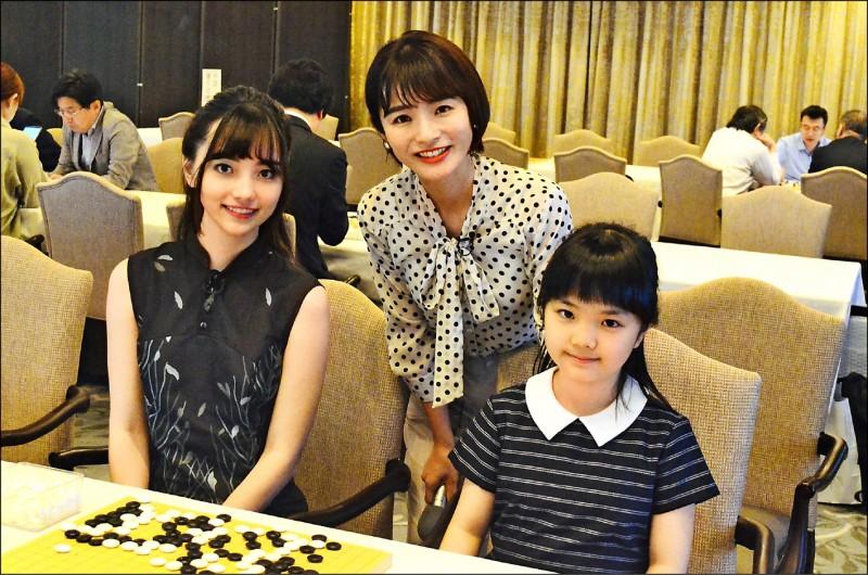 黑嘉嘉(左)與外景主持人福山知沙(中)、10歲小棋士仲邑堇合影。﹛種子音樂提供)