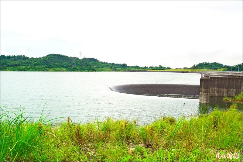湖山水庫啟用三年首度滿水位,溢流堰第一次溢流。(記者詹士弘攝)