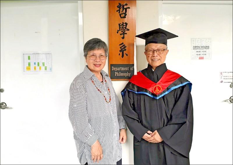 「廖爺爺」廖修霖(右)獲得東海哲學碩士學位,與「廖奶奶」劉碧麗分享喜悅。(廖修霖提供)