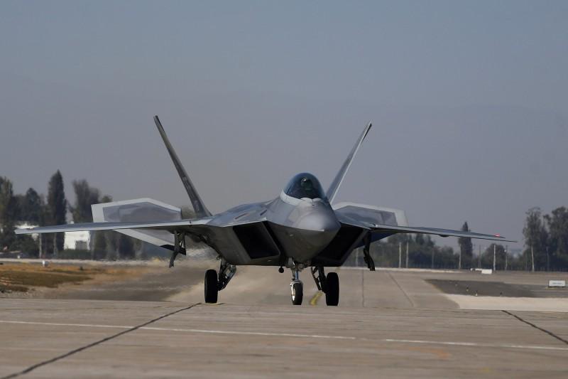 美軍五代戰機匿蹤戰機F-22「猛禽」,空軍將領指出其妥善率都在50%徘徊,無法達成9月妥善率80%的目標。(路透)
