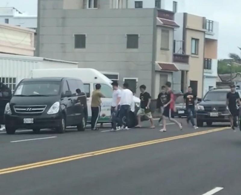 街頭古惑仔真實在澎湖上演,白沙傳出遊客圍堵復康巴士案件。(民眾提供)
