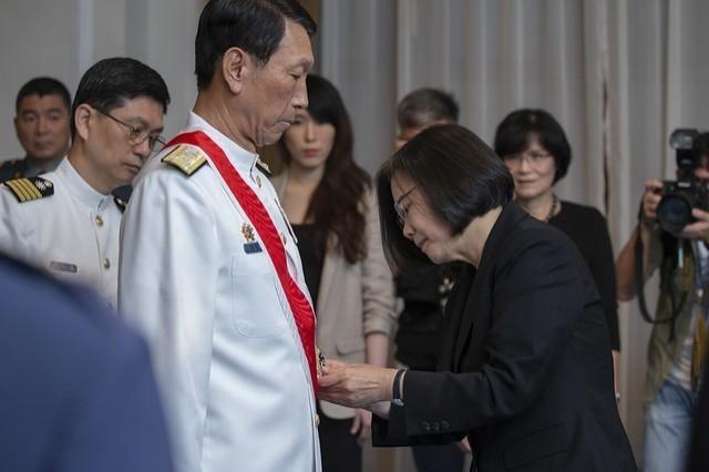 蔡英文總統頒授參謀總長李喜明一等雲麾勳章。(圖取自總統府)