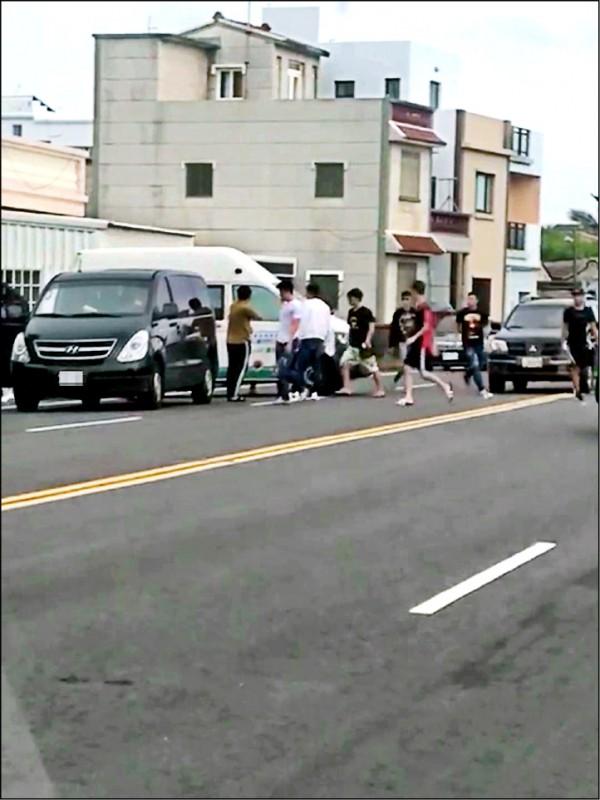 昨3車一路追逐包圍復康巴士,8名年輕人下車砸車。 (民眾提供)