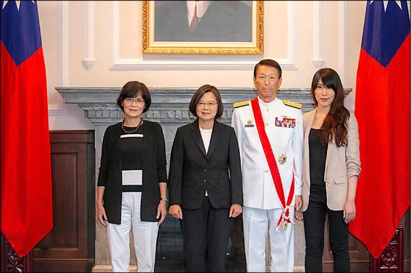參謀總長李喜明將於七月屆齡退役,總統蔡英文昨日頒授李喜明一等雲麾勳章(取自總統府官網)。