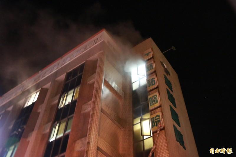 竹南慈佑醫院深夜傳出火警。(記者鄭名翔攝)