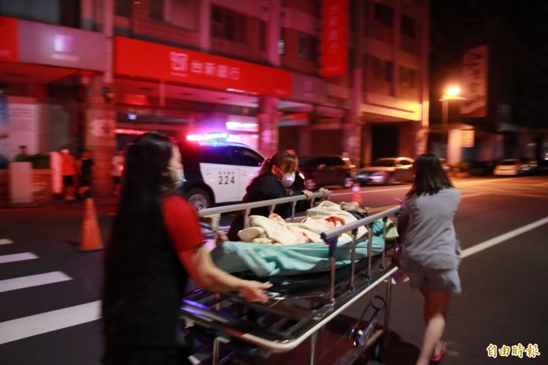 救出的病患全數轉往為恭醫院救護。(記者鄭名翔攝)