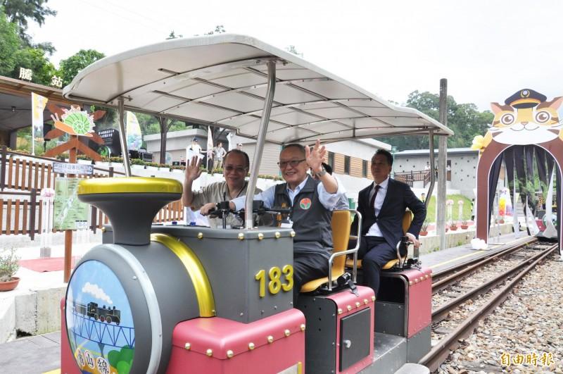 苗栗縣長徐耀昌(前排右)與行政院政務委員張景森(前排左)一同搭乘,張景森對於鐵道自行車讚不絕口。(記者彭健禮攝)