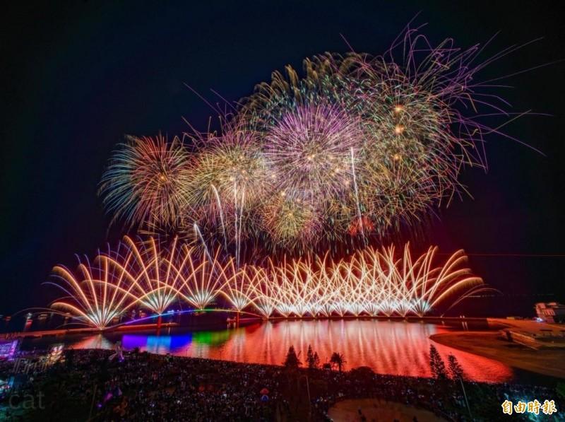 澎湖國際海上花火節,今年22場次施放完畢。(記者劉禹慶攝)