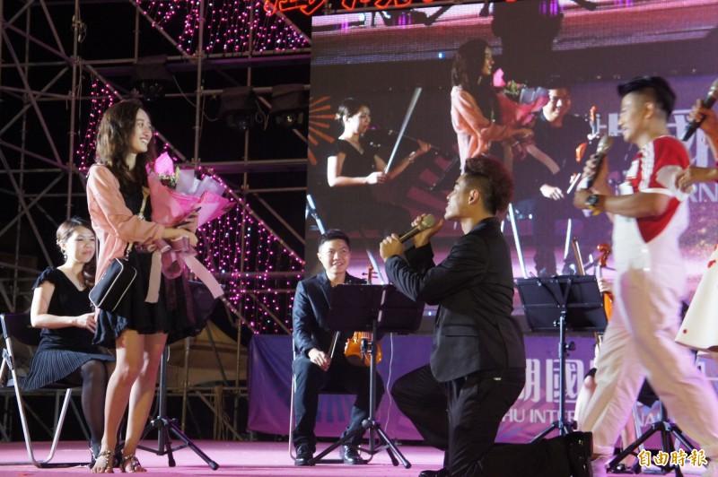 菊之音樂團表演成員蔡胤安,向女友莊晴硯下跪求婚,成為花火節第八對佳偶。(記者劉禹慶攝)
