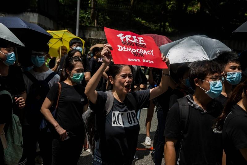 繼昨(26)日在愛丁堡廣場的集會後,今早再有香港網友號召到香港律政中心「欣賞建築風格」,目前現場約有數百名群眾。(法新社)