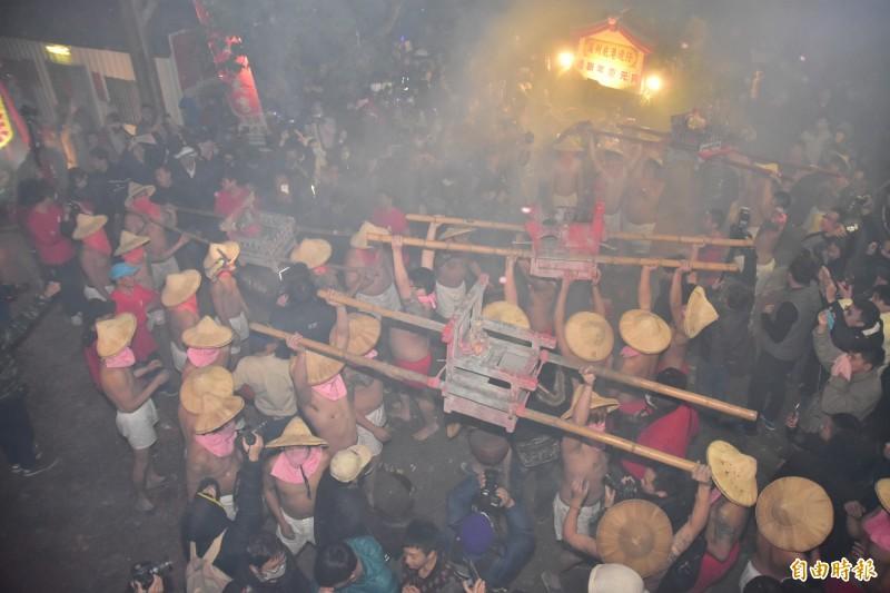 社子島「夜弄土地公」已有百年歷史,是當地的元宵節盛事。(資料照,記者張議晨攝)