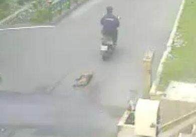 民眾騎機車拖行犬隻的畫面被監視器拍下。(記者歐素美翻攝)