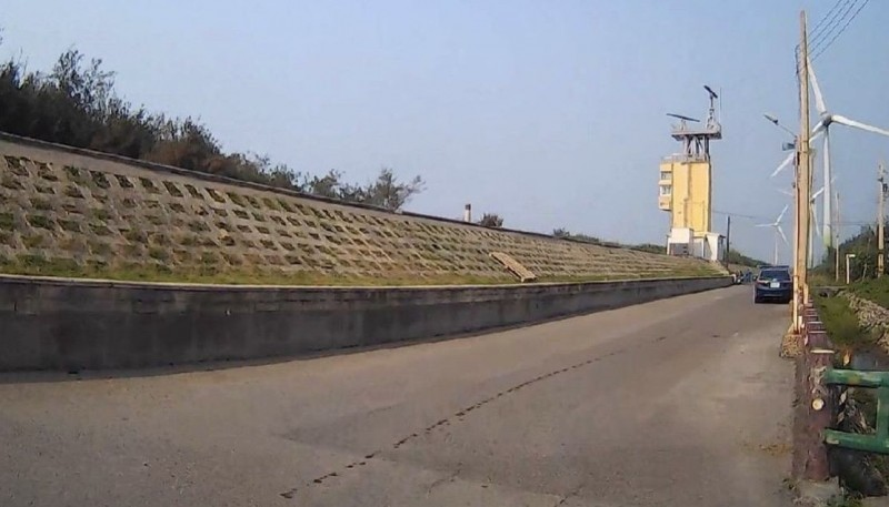 不肖民眾拖行米克斯致死,發生在大安區南埔里南庄海堤。(記者歐素美翻攝)