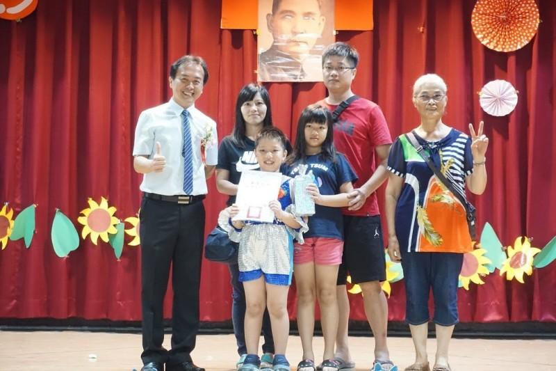 圳堵國小校長蔡宗信(左一),7月1日起將回任教師。(圳堵國小提供)