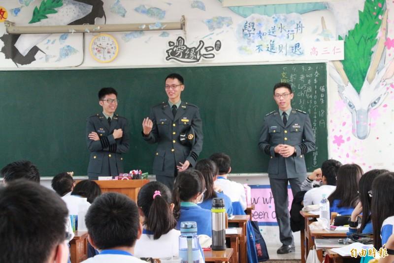 軍校生進入高中校園宣傳招生,儀態帥氣。(資料照,記者楊金城攝)