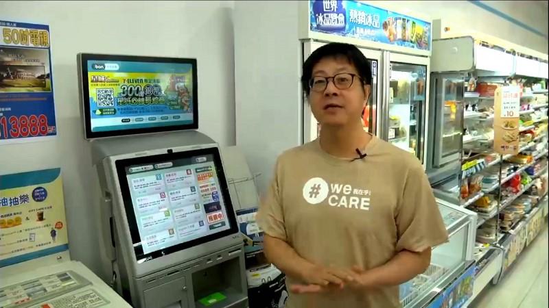「Wecare高雄」發起人尹立透過網路直播教導民眾如何到便利超商列印罷免書。(記者黃佳琳翻攝)