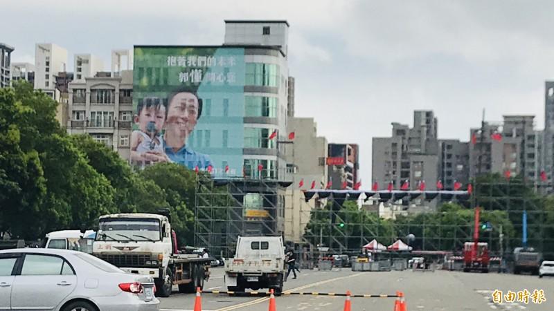 韓國瑜630在新竹縣府前內外廣場的造勢大會正趕搭舞台,沒想到郭台銘的巨幅廣告下午突然現身,就在韓國瑜當天舞台後方搶鏡。(記者黃美珠攝)