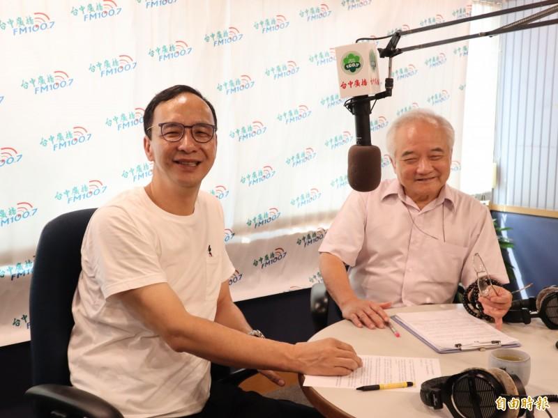 國民黨總統參選人朱立倫(左)接受台中廣播主持人文平(右)的訪問,一再強調國民黨一定要團結。(記者歐素美攝)