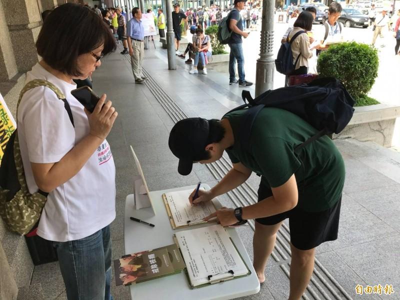 由反核行動聯盟等團體發起的「廢核 再生」公投連署,今天在新竹火車站等六個車站同步舉行,新竹市也有民眾響應連署。(記者洪美秀攝)
