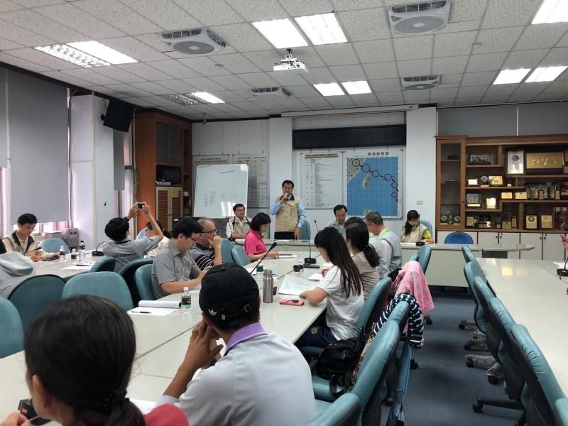 南市長黃偉哲(中立者)到永康區公所主持登革熱防疫工作會議。(記者王俊忠翻攝)