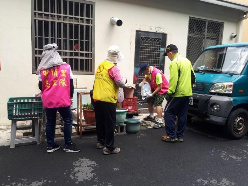 南市永康區甲頂里動員志工清除登革熱孳生源。(記者王俊忠翻攝)