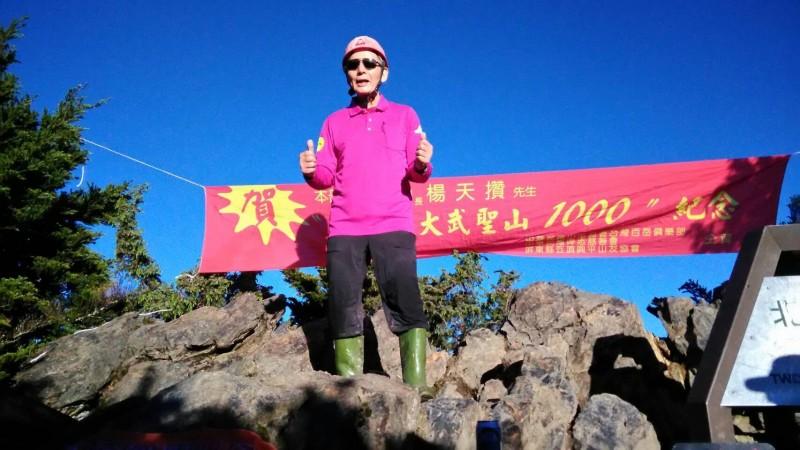 楊天攢穿著招牌紅色膠盔、雨鞋,創下新紀錄。(圖:楊天攢提供)