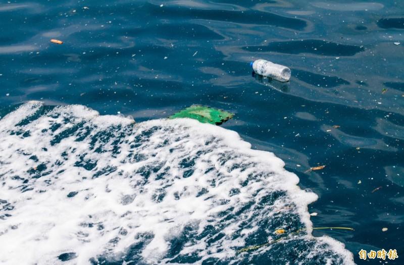 大阪G20峰會於今日落幕,會後日本首相安倍晉三表示,各國達成「藍色海洋願景」協議,同意在2050年以前,將海洋塑膠垃圾歸零。圖為台灣周圍的海洋垃圾。(資料照)