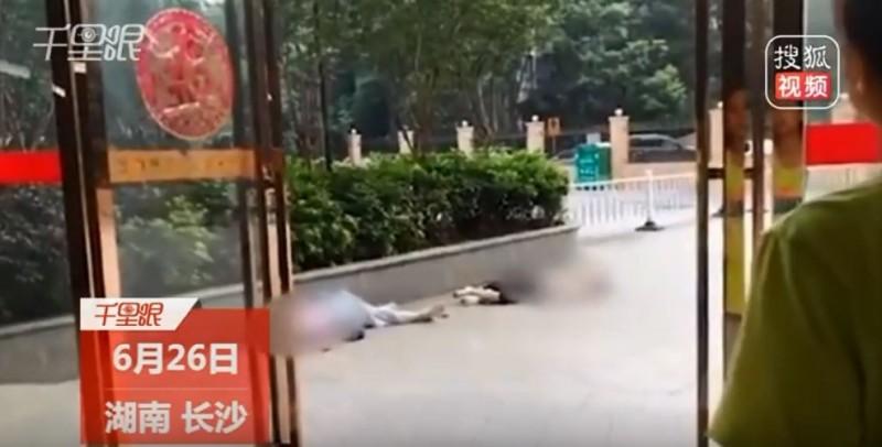 墜樓的15歲少女已不幸身亡,24歲蘇姓女子則是重傷,墜樓的原因還在調查當中。(圖截自狐搜視頻)