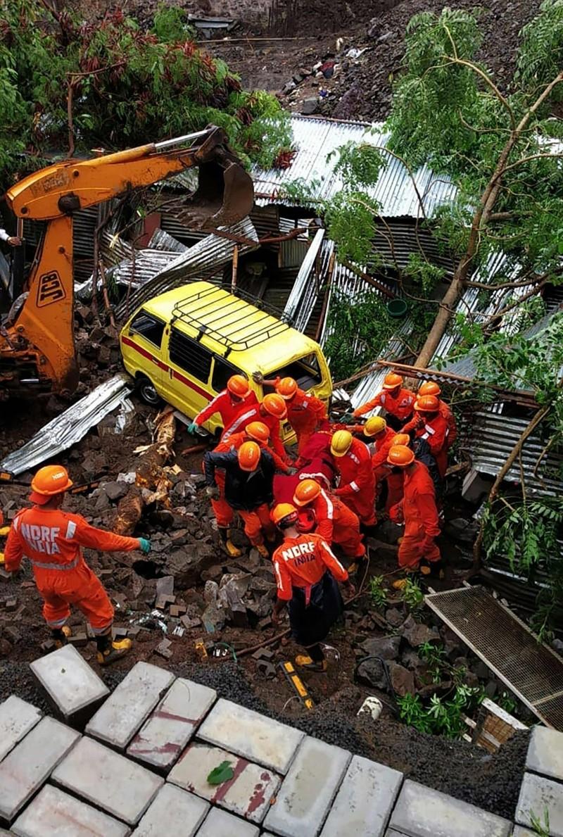印度馬哈拉施特拉邦浦那市(Pune)建築工地牆面倒塌,至少16名工人被壓死。(法新社)