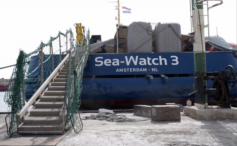 難民救援船「海上觀察3號」在公海苦等2週未果,今日強登義大利南端島嶼。(歐新社)