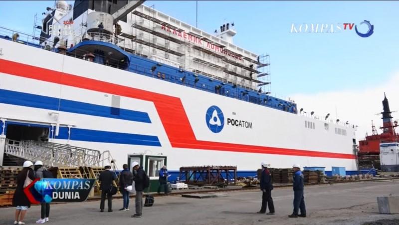 俄國欲在海上架設核電廠,「羅蒙諾索夫院士」被環團諷刺為「海上車諾比」。圖為廠體外裝油漆完成貌。(圖翻攝自YouTube)