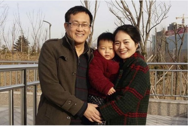 中國維權律師王全璋被捕前,與妻子李文足、兒子泉泉的合影。(美聯社資料照)