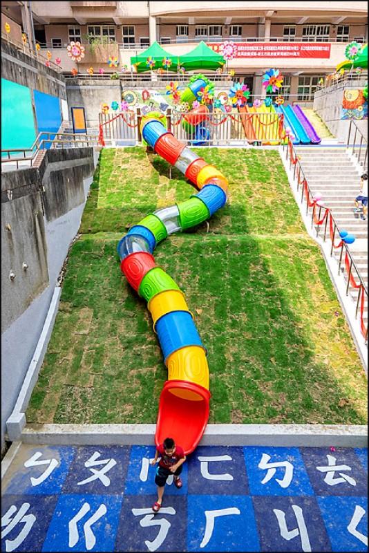 長達15公尺的隧道溜滑梯,就像是把遊樂園的滑水道變成斜坡陸地版。(圖片提供/跟著領隊sky玩)