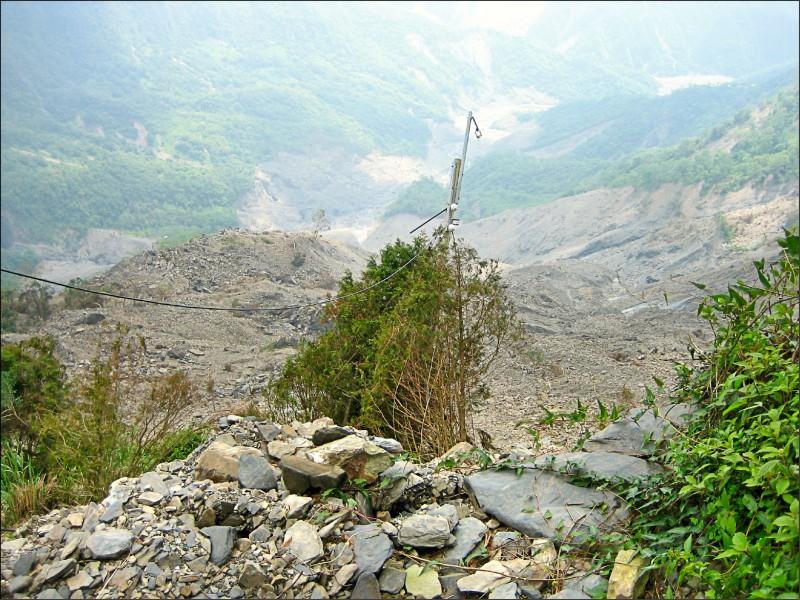 北大武山遇到天災如八八風災後,道路消失徒留電線桿慘狀。(楊天攢提供)