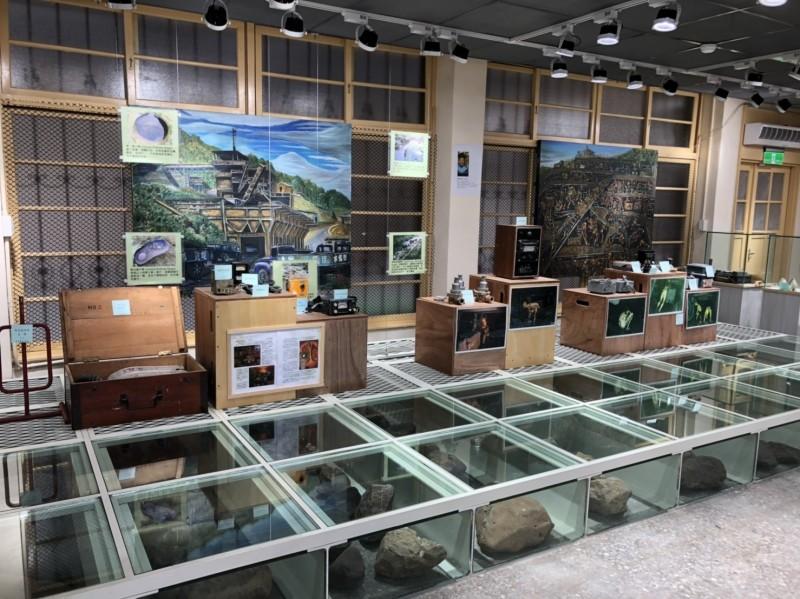基隆市黃蠟石文化館今天開始試營運,除了展示黃蠟石外,還與大菁農場合作,展示暖暖地區早年礦工的生活辛苦。(記者俞肇福翻攝)