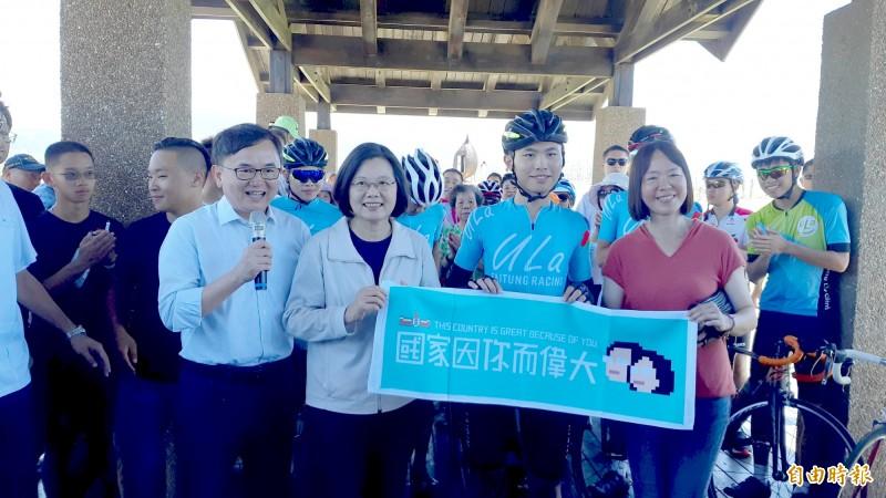 總統蔡英文(中)為ULA車隊加油打氣,青年學生獲贈「國家因你而偉大」布條。(記者黃明堂攝)