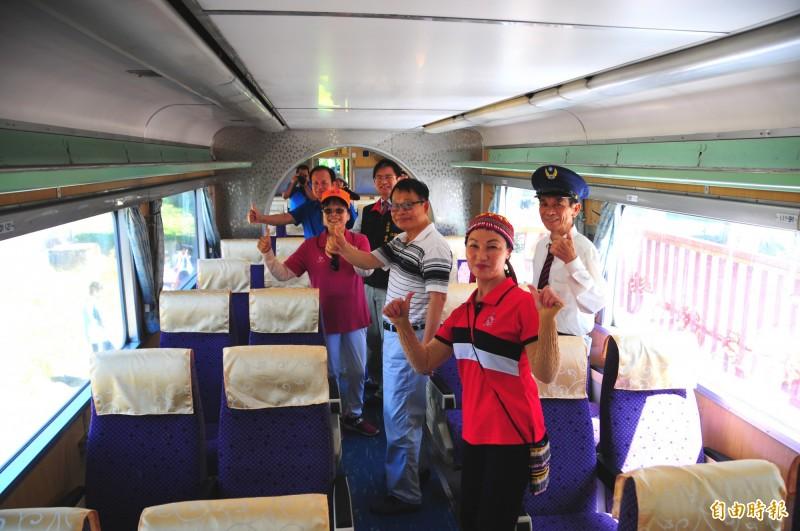 鳳林鎮林榮社區歡喜迎接「火車回來」,志工及遊客到整新後的DR3051柴聯車廂參觀,內部座椅還全部換新。(記者花孟璟攝)