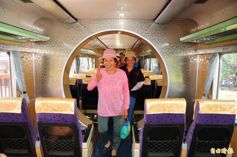 鳳林鎮林榮社區歡喜迎接「火車回來」,志工及社區里民、遊客到整新後的DR3051柴聯車廂參觀,看到熟悉的金色拱門都會心一笑。(記者花孟璟攝)